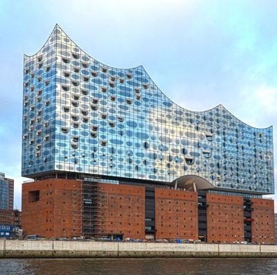 Blick vom Wasser auf die Elbphilharmonie in Hamburg