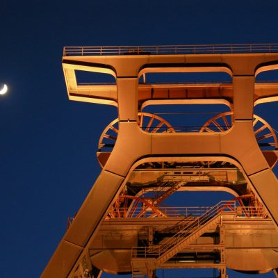 Zechenturm der Zeche Zollverein in Essen bei Nacht