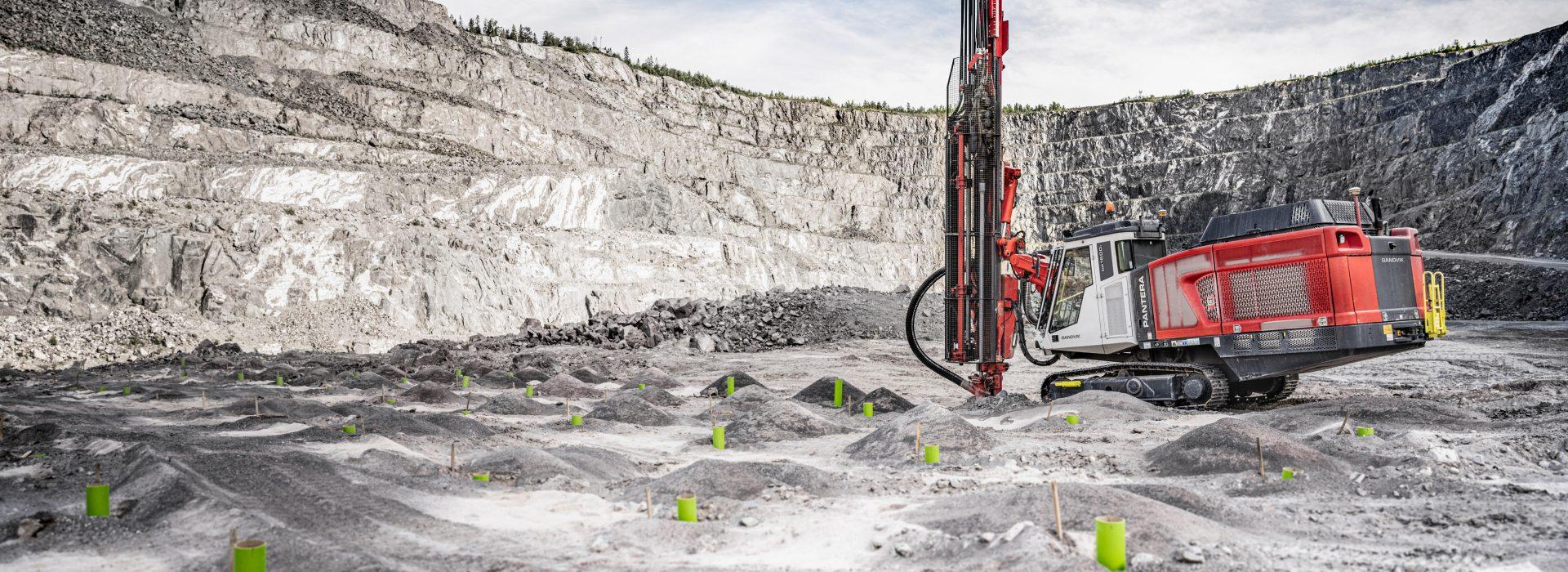 Bagger in einer Grube, Sandvik