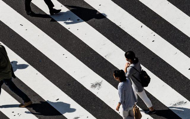 Menschen Zebrastreifen, emerging stronger