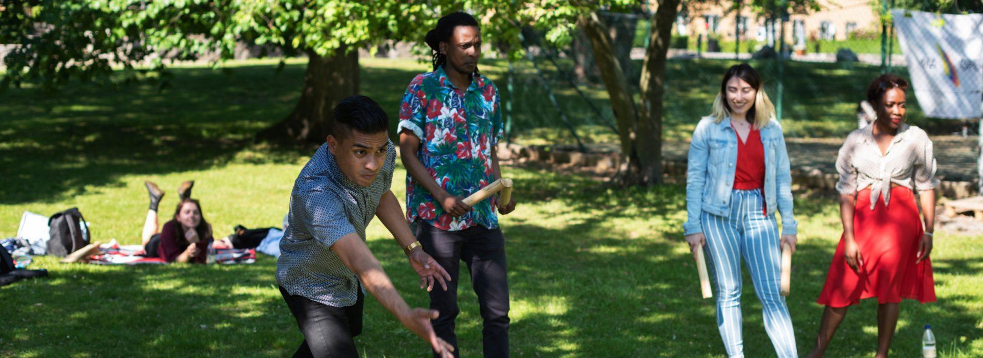 Kubb Spieler im Park